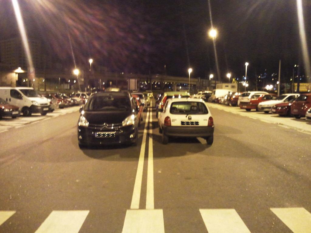 Coches mal aparcados en la Calle del Froiz