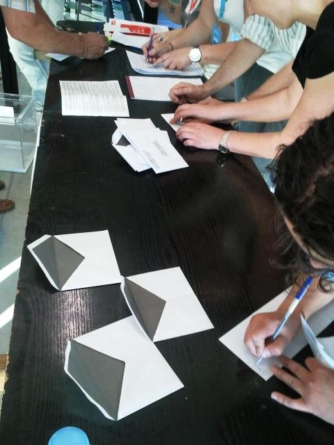 Miembros Mesa firmando papeletas votos nulos